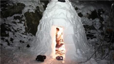 Erzurum'da iki lise öğrencisi 3 metrekare kar evi yaptı