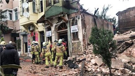 Fatih Yedikule'de bir bina çöktü!