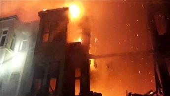 Fatih'te 3 katlı metruk bina yangınla küle döndü