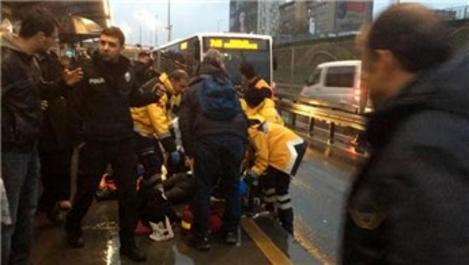 Metrobüs durağında kaza