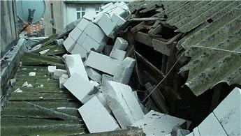 Kağıthane'de rüzgar çatıyı uçurdu