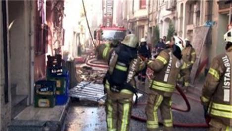 Fatih'te 3 katlı apartmanda yangın!