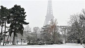 Eyfel Kulesi kar nedeniyle ziyaretçilere kapatıldı