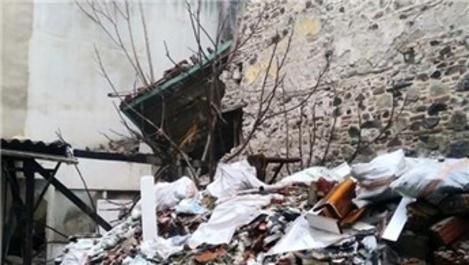 İzmir'de tarihi bir bina çöktü