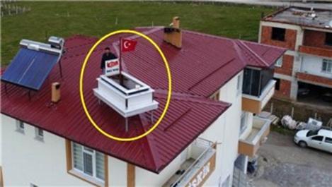 Samsun'da mermer ustası yapığı mezarı çatıya monte etti