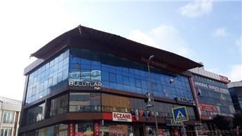 Esenyurt'ta iş merkezinin çatısı kaydı!