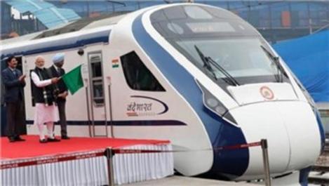 Hindistan'ın ilk hızlı treni ineğe çarptı!