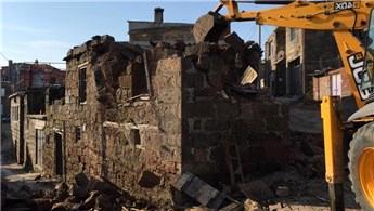 Ayvacık'ta hasar gören binaların yıkımına başlandı