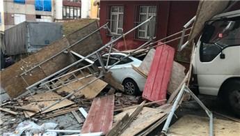 Fatih'te inşaat iskelesi tek katlı evin üzerine devrildi!