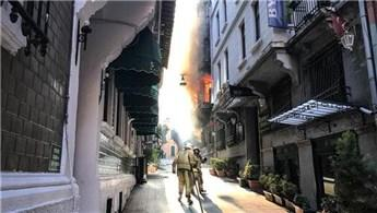 Beyoğlu'nda 5 katlı binada yangın!