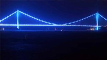 'Otizm Farkındalık Günü' için köprüler maviye boyandı