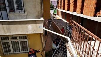 Ümraniye'de bir binanın girişinde merdiven çöktü