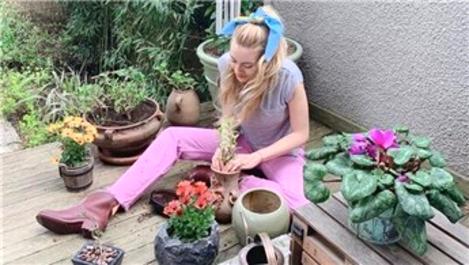 Sinem Kobal, bahçesindeki çiçeklerin saksılarını değiştirdi