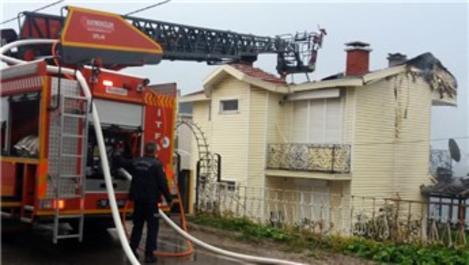 Balıkesir'de yazlık evin çatısında yangın