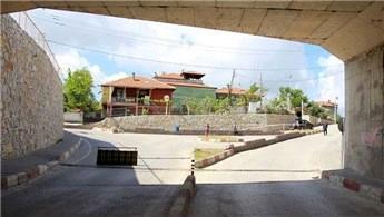 'Tapulu malım' dediği köprülü alt geçidi kapattı