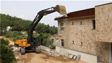 Bodrum'da milyon dolarlık kaçak yapılar yıkıldı