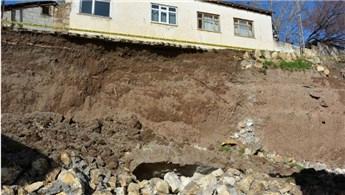 Tercan'da bir evin istinat duvarı çöktü