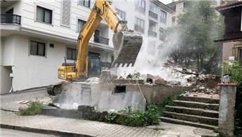 Bartın'da tehlike saçan bina yıkıldı