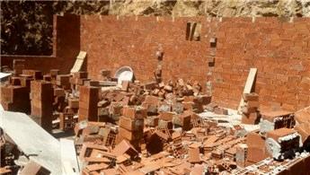 Gümüşhane'de tespit edilen kaçak yapılar yıkıldı