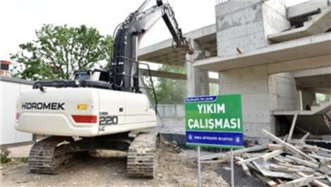 Bursa Atapark'taki kaçak bina yıkılıyor
