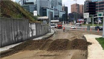 Sarıyer'de toprak kaydı, yol trafiğe kapandı