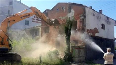 Körfez'de metruk binalar tek tek yıkılıyor