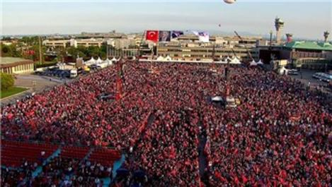 Binlerce vatandaş Atatürk Havalimanı'na akın etti
