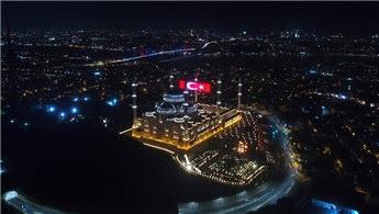 Çamlıca Camii'nde 15 Temmuz'a özel led Türk Bayrağı