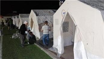Depremzedeler ilk geceyi çadır kentte geçirdi