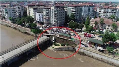 Samsun Terme'de köprünün yola bağlantı noktası çöktü