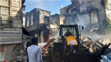 Fatih'te küle dönen tarihi bina, belediye ekiplerince yıkıldı
