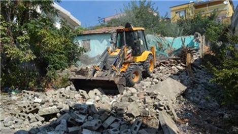 Tekirdağ ve Hatay'da metruk binalar yıkılıyor