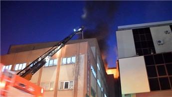 Güngören'de 5 katlı iş merkezinin çatısında yangın çıktı