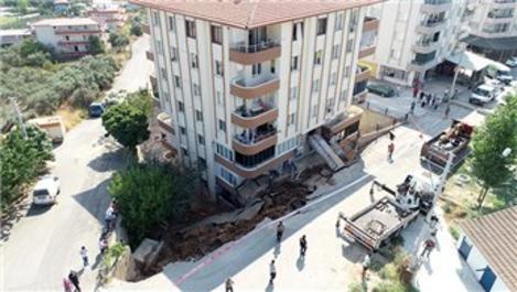 İzmir'de istinat duvarı çöktü, 28 aile evinden oldu