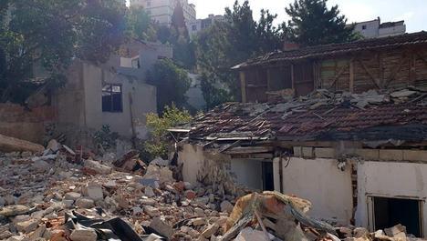 Kartal'da tehlikeye neden olan binalar yıkılıyor