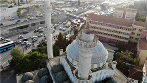 Avcılar'da yıkılan cami minaresinin enkazı kaldırıldı
