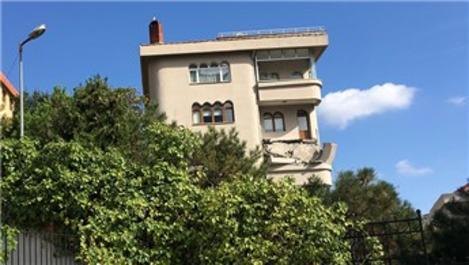 Şişli'de 5 katlı binanın balkonu artçı depremle yıkıldı