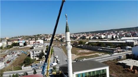 Depremde hasar gören minarenin külah kısmı söküldü