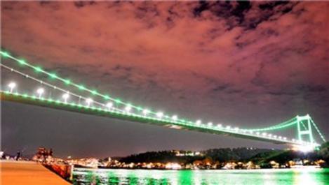 FSM Köprüsü ve Galata Kulesi yeşile bölündü!
