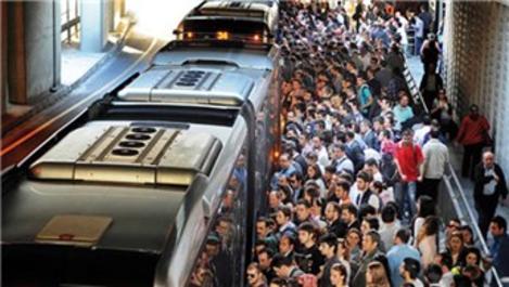 Metrobüs duraklarında yoğunluk devam ediyor