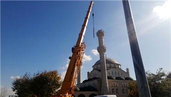 Avcılar'da yıkılan minarenin söküm çalışması başladı