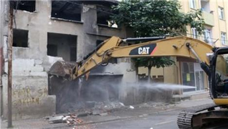 Kartal'da metruk bir bina daha yıkıldı