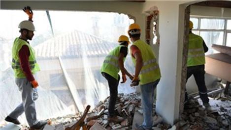 Bursa'da 6 katlı kaçak bina balyozlarla yıkıldı