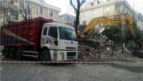 Avcılar'da tehlikeli yıkım! Sağlam binaya zarar verdi!