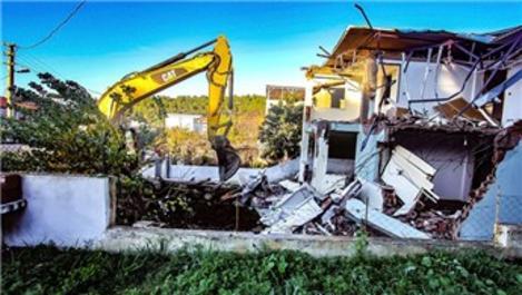 İzmir'de ormanlık alana inşa edilen evler yıkılıyor