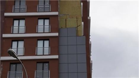 Beylikdüzü'nde rüzgar binanın dış cephe kaplamasını uçurdu