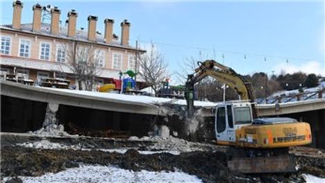 Uludağ'daki restoranın kaçak bölümleri yıkıldı