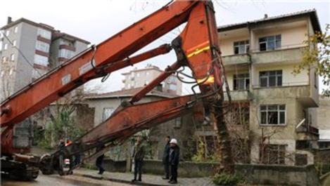 Kartal'da metruk yapıların yıkımı sürüyor
