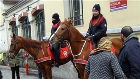 İstiklal Caddesi'nde atlı polisler büyük ilgi gördü