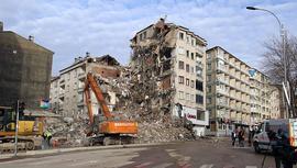 Elazığ'da hasarlı binalarda yıkım çalışmaları sürüyor